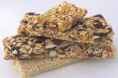 Warum Fertig-Snacks im Supermarkt kaufen, wenn man zu Hause gesunde  Riegel selbst zubereiten kann? Hier einige Rezepte für eine  ausgeglichene Ernährung.