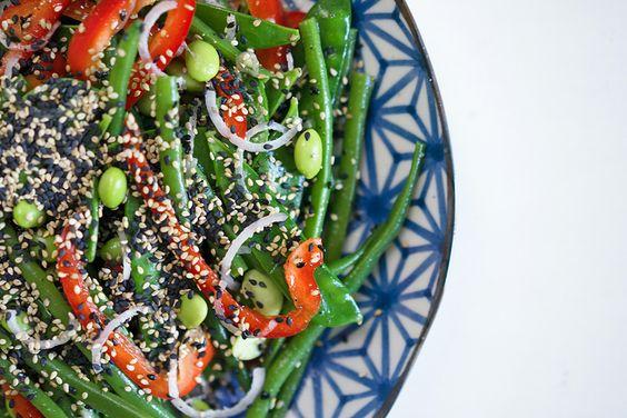 Salat mit grünen Bohnen, Zuckerschoten, Edamame und Sesam
