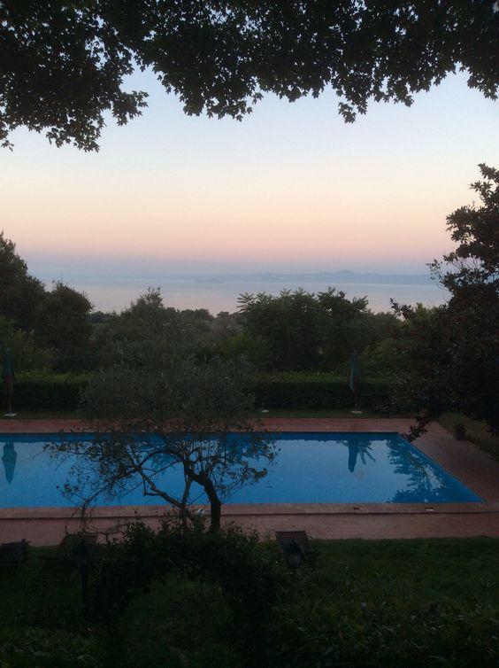イタリア、ローマの北にあるボルセナ湖を臨むアグリツーリズモの宿から夕暮れの風景。