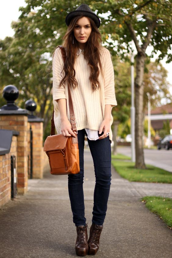 Simple: sweater, jeans, hat
