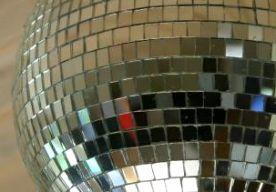 4-Mar-2013 20:31 - DISCO VOOR HOLOCAUST-OVERLEVENDEN. Een dansclub in Brooklyn gaat zich richten op een nieuwe doelgroep: Holocaust-overlevenden. Een speciale discokamer moet slachtoffers van de Holocaust helpen hun trauma te verwerken.De discokamer is ingericht met luxueuze banken waar de ouderen op kunnen relaxen. Blacklightlampen en een zoete geur zorgen voor een rustgevende sfeer. Ook wordt er muziek uit de jaren 70 gedraaid. Volgens de oprichters prikkelt de unieke setting de zintuigen…