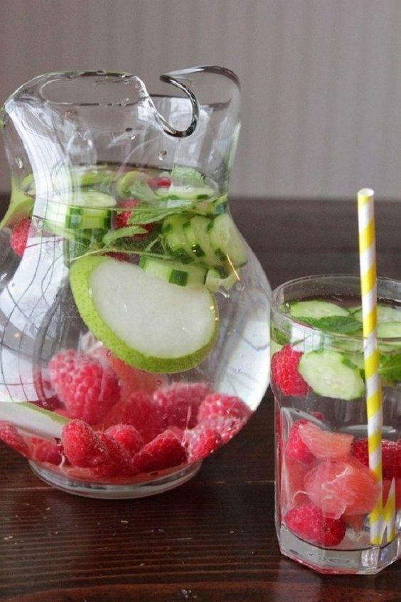 Detox-Wasser mit Himbeeren, Minze und Gurken