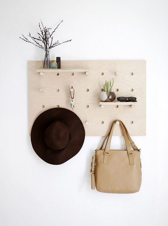 Construye un tablero de clavijas para mantener organizada tu entrada. | 33 Regalos DIY para la persona con más estilo que conoces