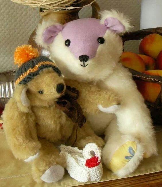 Diese beiden Bären und den kleinen Schwan habe ich ebenfalls selbstgemacht, 1 eigener Entwurf, einer von Birgit Elskamp (der Kleine) der Schwan war ein altes Kalenderblatt aus den 60-iger Jahren
