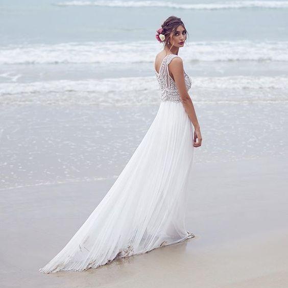 Just beatiful for the beach! image @lostinlove_photography #annacampbell #annacampbellspirit #wedding #weddingdress #calibride