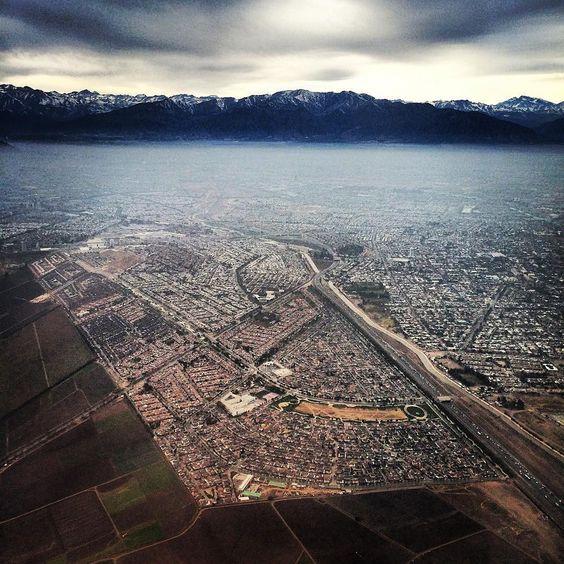 Vista de la impresionante #Cordillera de #LosAndes con la ciudad de #Santiago a sus pies y la comuna de #Maipú en primer plano.  #latinoamericaneando en #Chile by latinoamericaneando
