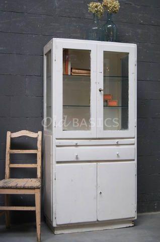 Houten apothekerskast met een doorleefde uitstraling de roomwitte kast heeft achter de dichte - Uitschuifbare kast ...