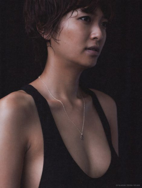 榮倉奈々黒い水着とセクシーな胸元の画像