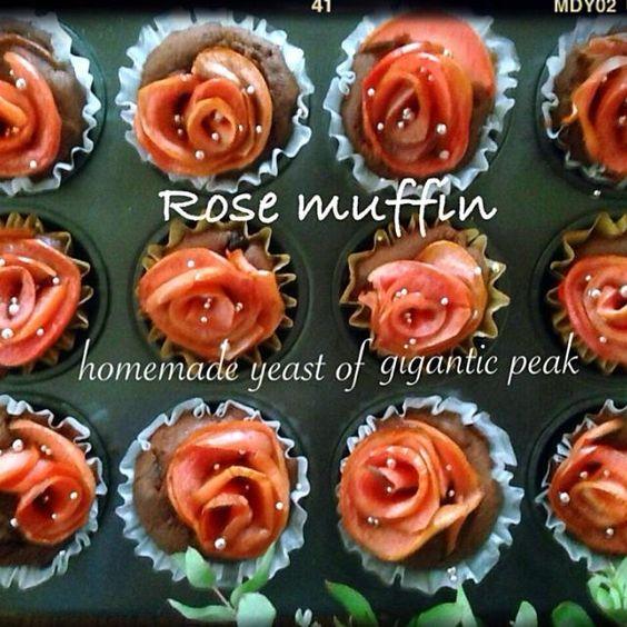 なおさんのこのバラ、マフィンに乗せてみたくて、久しぶりに作りました(*^^*) 今回は、巨峰酵母中種で。 バラがあっちゃ向いたり、ごっちゃ向いたりいちゃいましたが 中は、クーベルチュールをポチョンと! なおさん、マフィンにとっても合いました花弁、分厚いものがチラホラ、、もうちょっと薔薇練習しま〜すf^_^;) - 196件のもぐもぐ - なおさんの料理 りんごのバラで♡巨峰酵母マフィン by yucca@