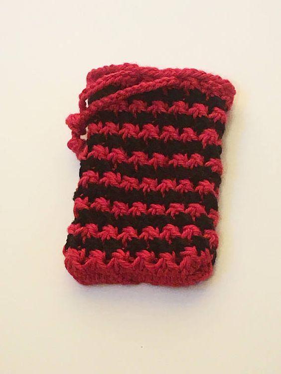 una bolsita de tela de color rojo