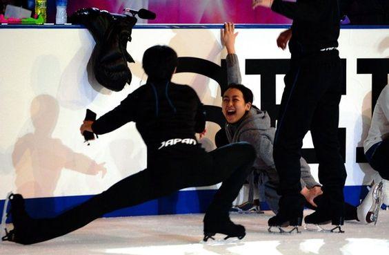 エキシビジョン練習前、おどける羽生結弦(手前)に爆笑する浅田真央=長野ビッグハッ - Yahoo!ニュース(デイリースポーツ)