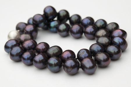 Armband van zwarte parels