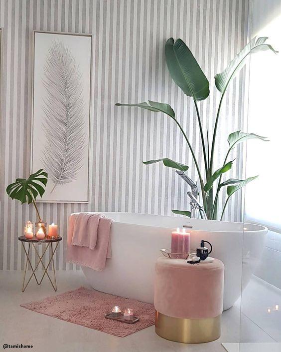 Un baño relajante de los más femenino.📷: @tamishome // Bañera Rosa Plantas Monstera Toallas Relax Cuadro Taburete