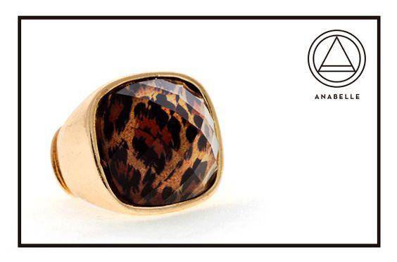 Anillo dorado, cristal cuadrado con estampado de Animal Print $189.90.