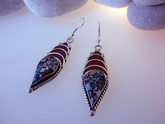 Pendientes etnicos artesanales tibetanos hechos de turquesa y coral. Miden 5 cm. de alto y 1,5 cm. de ancho.  Precio: 29 Euros