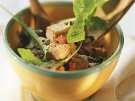 Brotsalat mit verschiedenem Gemüse und Basilikum ist ein Rezept mit frischen Zutaten aus der Kategorie Salat. Probieren Sie dieses und weitere Rezepte von EAT SMARTER!