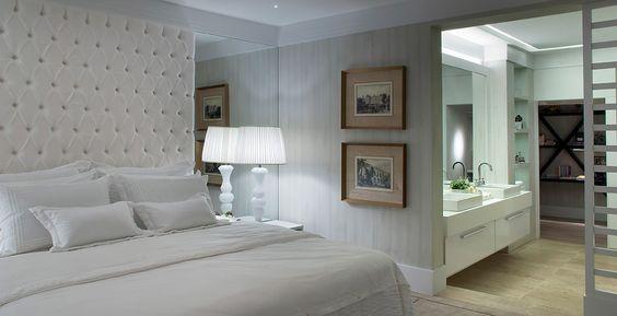 Neste projeto, o dormitório e o banheiro são integrados por uma porta vazada. Projeto: arquiteto Luiz Setinger.