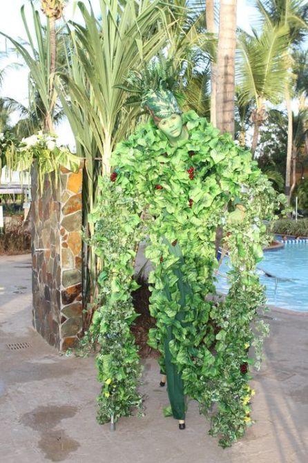 Durante la velada se presentaron bailarines en zancos disfrazados de árboles a tono con el tema de la celebración.