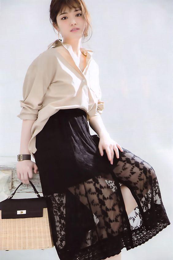 白と黒の服を着た松村沙友理