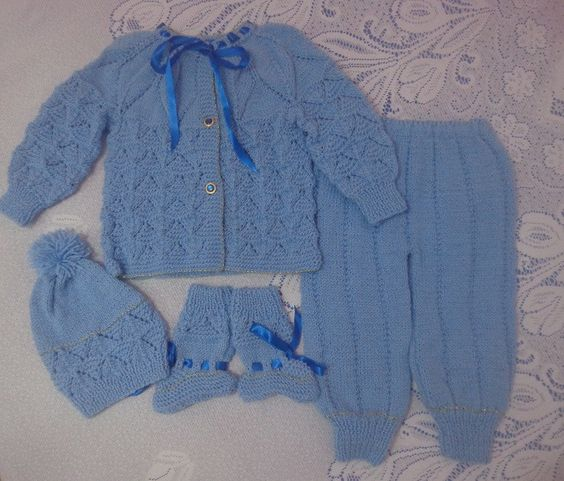 Conjunto em tricô feito à mão. <br>Confeccionado com lã especial para bebês, é super quentinho e confortável! <br>Trabalho artesanal. <br>Produto de ótima qualidade! <br>Tamanho: À partir de 9 meses