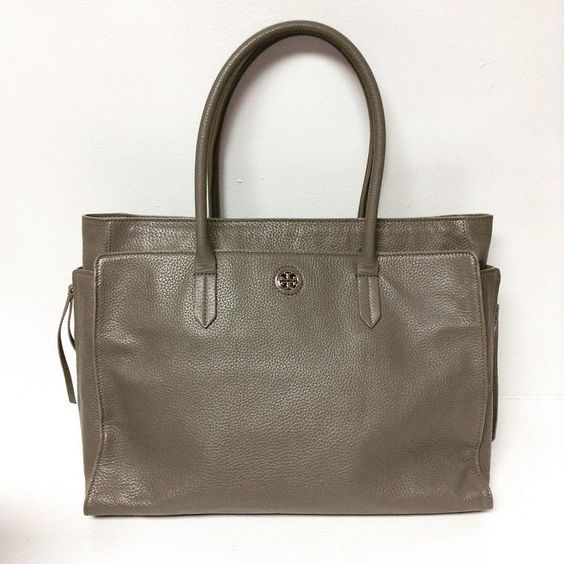 Title: Tory Burch tote Price: $249.99 Item #: 9859-160 Alexis Suitcase Johns Creek To purchase please call 770.390.0010 ex 2 #AlexisSuitcase #Consignmentatlanta #consignment #resale #highenddesigner #designer #consign #atlanta #atlantaconsignment #consignatlanta #resaleatlanta #luxury #luxuryfashion #fashioninspiration #toryburch #toryburchhandbag by alexissuitcase