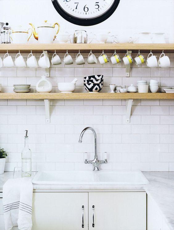 Tassen als Dekorationselement für Deine Küche >> https://flic.kr/p/araqmj   Diane Bergeron / Spanish Architectural Digest {white rustic modern kitchen}