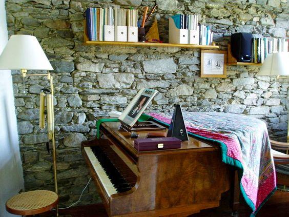 #LagoMaggiore - Ci troviamo a Vezzo, una piccola frazione di Gignese, nota località turistica a soli 6 km dal Lago Maggiore. Si tratta di una proprietà di grande charme, che comprende una grande casa indipendente di tre piani e una piccola dependance di due piani. Bel giardino di circa 300mq. http://www.rossomattone.eu/Gignese_frazione_Vezzo_Gignese_frazione_Vezzo_Vendita_Cinque_o_piugrave_locali_Corso_Vittorio_Emanuele-h171-m16-s13-p16.html?&conta_lista=12&metodo=DESC&ordina=