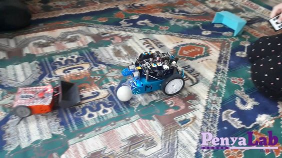 Partit de futbol robòtic: mBot vs Edison