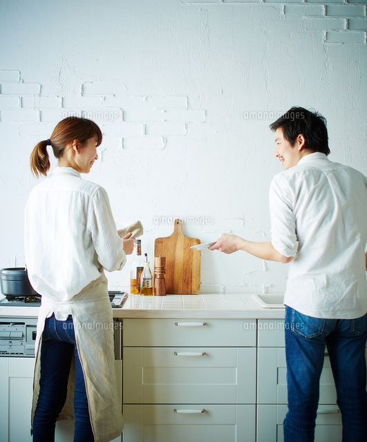 キッチンで洗い物をする2人の後姿 C Shakti A Collectionrf