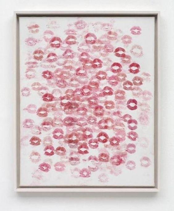 Beijo é muito bom! E que tal um quadro para enfeitar o seu quarto cheio de beijos?Basta você ter um batom e uma tela, lembre de caprichar no batom pra sair perfeito. Outra idéia é pedir para que vários amigos façam parte desse quadro. Batom pra todo mundo! s2