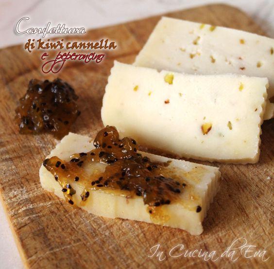 Confettura di kiwi cannella e peperoncino una confettura per accompagnare i formaggi al posto del classico miele, dolce e piccante al momento stesso.