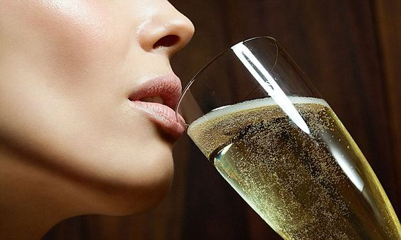 Skinny prosecco which has 67 calories per glass - less than a banana -   Bottomless prosecco is a thing of dreams - until you realise just how much sugar you've consumed.    But don't worry, a new 'skinny' version of the ...