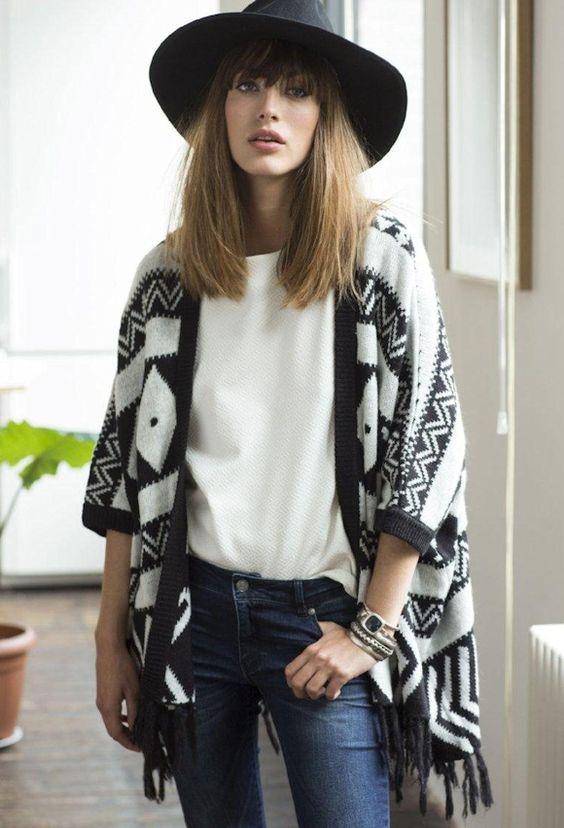 Avec quoi porter une cape aztèque ? Le bon look : avec un jean bleu, un haut blanc et une capeline noire en feutre. La cape >> http://ptilien.fr/PWJM