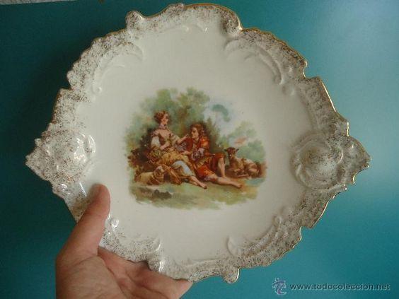 Antigua fuente o plato de porcelana bordeado con rocalla -escenas románticas del XIX