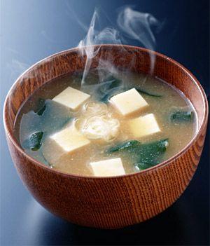 Sopa miso.  RECETA Esta sopa se suele servir en Japón por las mañanas. Preparada a base de vegetales de temporada. Hay muchos tipos de pasta de Miso disponibles, las más comunes son la Shiro Miso (Blanco) de sabor suave y baja en sal y la Aka Miso (Rojo) más salada y con un sabor y fragancias diferentes al shiro miso. Se puede disfrutar con cualquier vegetal.