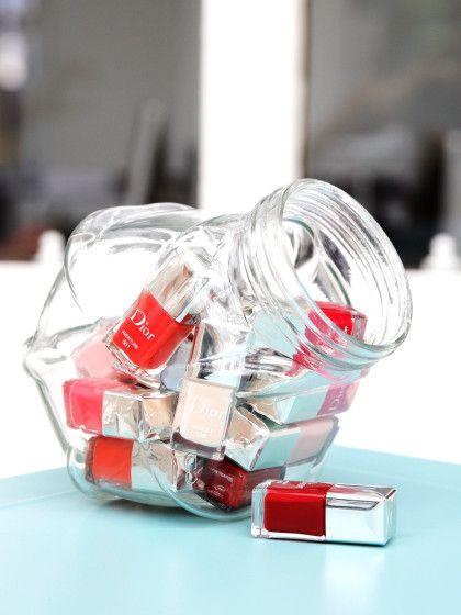 Nagellacke sind viel zu hübsch, um sie in einer Schublade zu verstecken. Übersichtlicher und schöner bewahrst du sie in einemgroßen Bonbonglas auf.