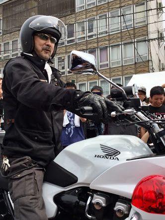 バイクに乗る大塚明夫