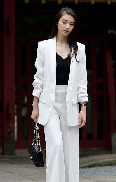 「黒皮の手帳」で白いスーツを着た武井咲