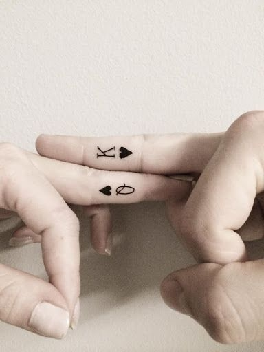 Queen-and-king-of-Heart-Tattoos-on-fingers.