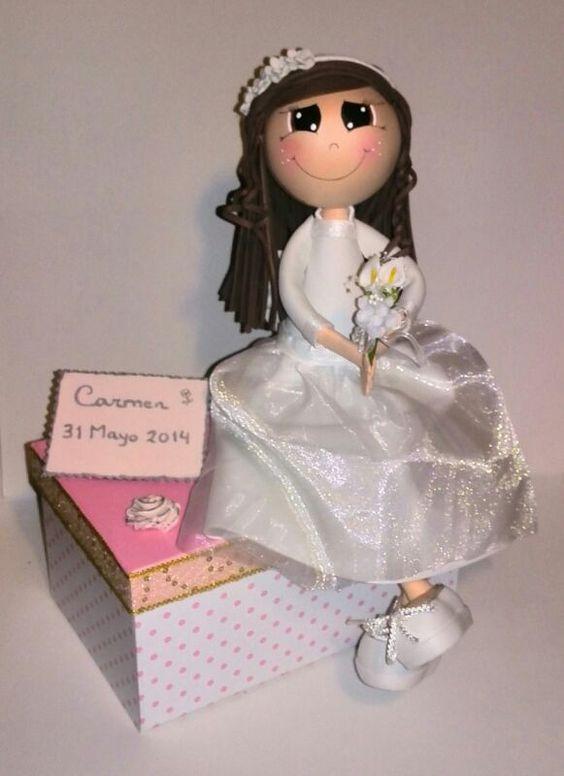 Muñeca de comunion sentada, realizada en goma Eva y tul