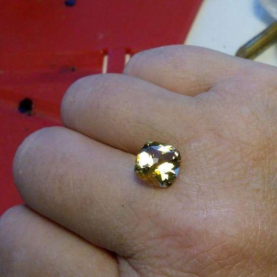Une citrine taillée en coussin avec croix de Malte, taille unique. 2,37ct. Disponible à la vente ou pour monter en bijou. Contactez-moi pour davantage d'information et pour un devis.
