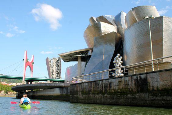 Unterwegs mit dem Kajak auf dem Nervión-Fluss in Bilbao.