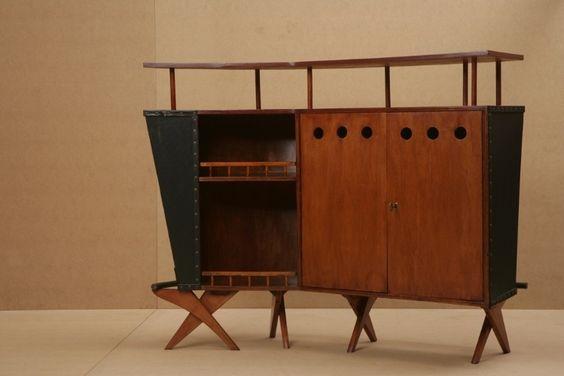 O Bar em couro e madeira é uma criação de José Zanine Caldas para a Móveis Artísticos Z e data da década de 1950