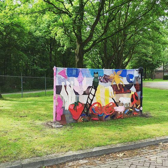 Fort Isabella! Gehaakte kunstwerken in de achtertuin van onze werkplek! #fortisabella #knitenknot #lekkeraanhetwerk #debeursfabriek