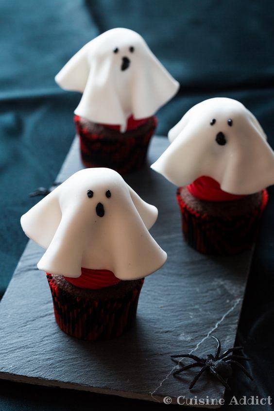Cupcakes façon Forêt-Noire (chocolat - cerise) déguisés en fantômes