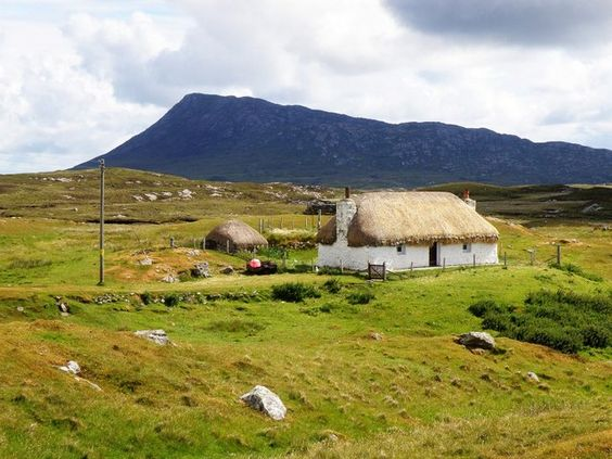 Thatched croft house at Cladach Chairinis, North Uist   NF8558