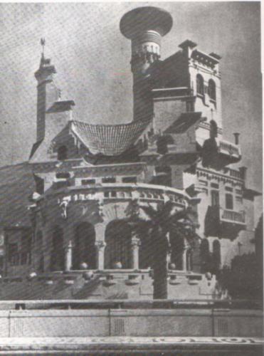 """Essa é a casa do barão Smith de Vasconcelos, construída em 1915 na Av. Atlântica que dominava o """"skyline"""" do bairro antes do Copacabana Palace ser construído, pois sua torre chegava a 30 metros de altura ou um prédio de 10 andares . Tinha o apelido de """"máquina de escrever"""" pela sua curiosa forma do telhado, com paredes externas ocres e janelas azuis, possuía um forte efeito cromático, e foi junto com o prédio do Elixir Nogueira construído no mesmo ano uma das obras mais marcantes do…"""