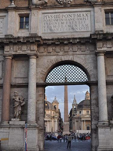 Begin a walk starting at Piazza del Popolo