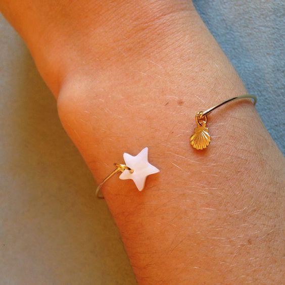 Bracelet doré étoile en nacre et coquille st jacques via Vanille et Vega. Click on the image to see more!