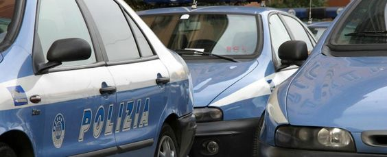 La polizia ha arrestato a Venezia un cittadino turco a cui è stato trovato un machete nello zaino. L'uomo insieme ad altri cinque connazionali poi fermati, di cui quattro a Milano, sono stati visti pregare intorno alle cinque di mattina non lontano dalla stazione ferroviaria. La scena non è sfuggita a una guardia giurata che …